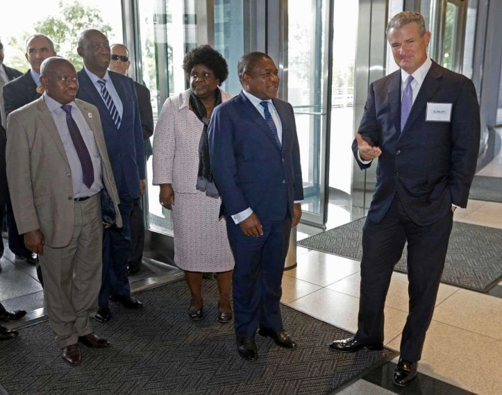 al-walker-right-anadarko-petroleum-corp-ceo-greets-filipe-nyusi-the-president-of-mozambique-and-the-first-lady-of-mozambique-isaura-ferrao-nyusi-as-they-arrive-at-anadarkos-allison-to