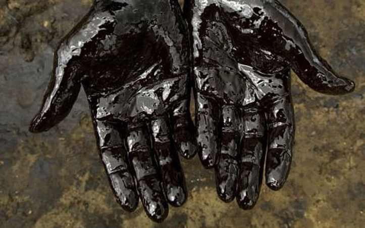 Oil crude - hands_3120840k